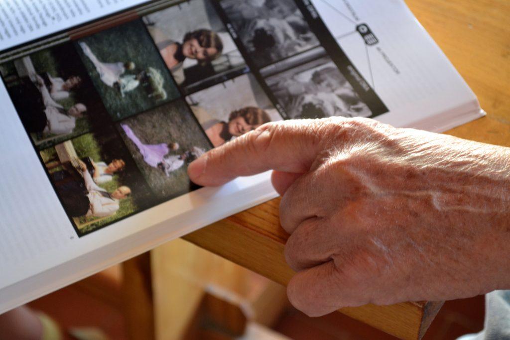 Prof. Šofr ukazuje, jak metoda DRA umožňuje věrně restaurovat scénu zfilmu Radůz a Mahulena.